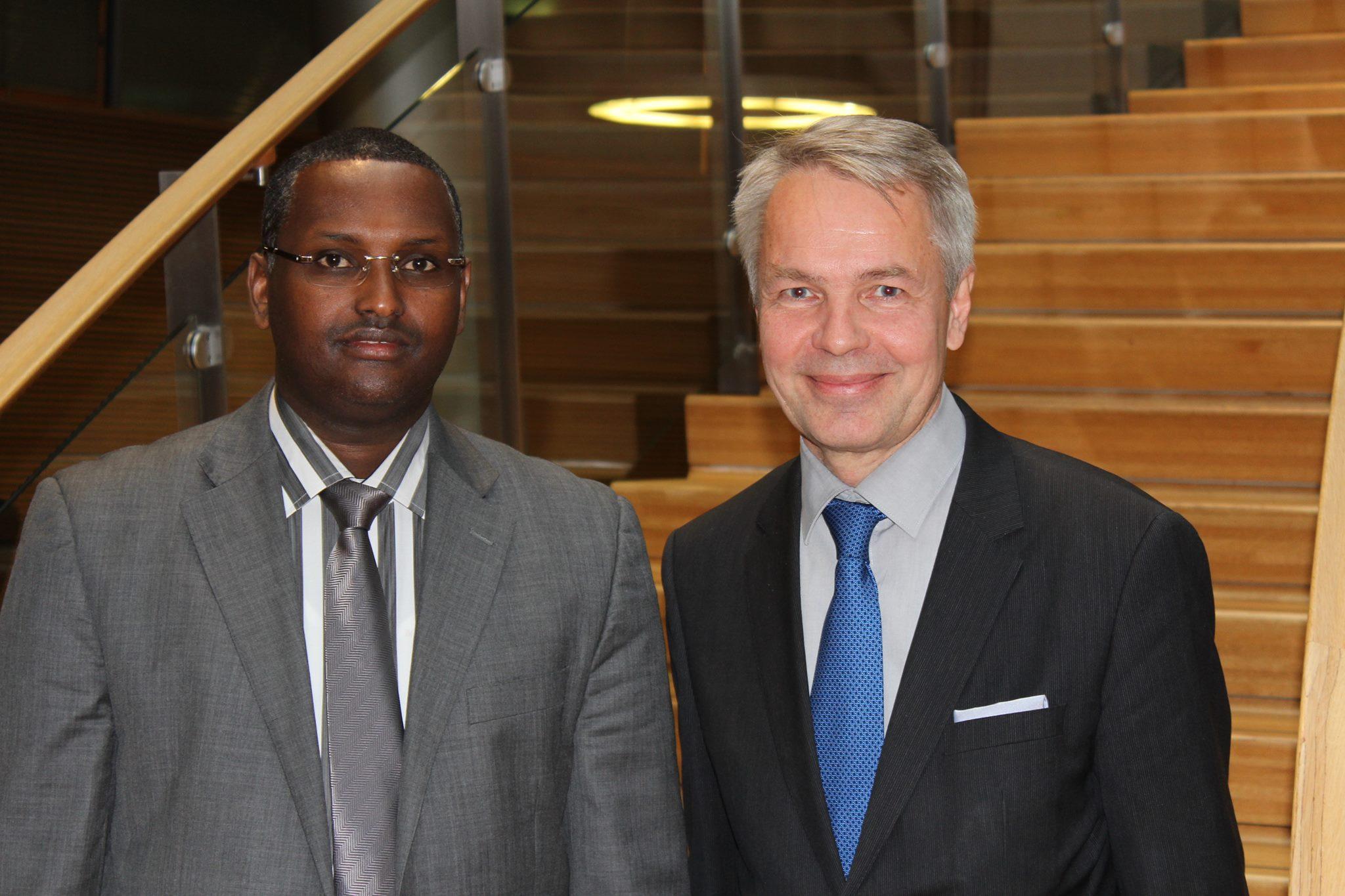 Varaulkoministeri Mahat Salad eduskunnassa tapaamassa kansanedustaja, ex-kehitysyhteistyöministeri Pekka Haavistoa. Kuva: Warsan media